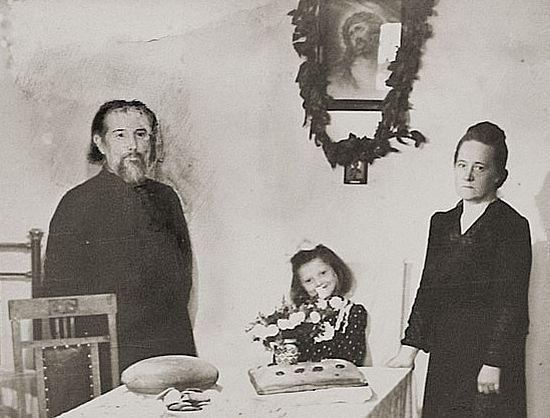 Протоиерей Михаил и матушка Анна Семенюк вместе со своей внучкой Анной