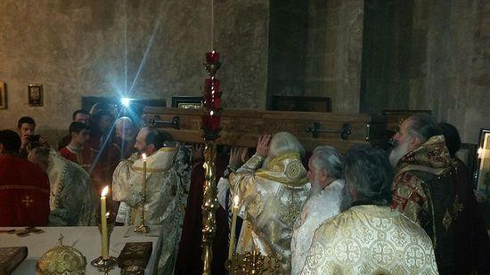 Святые мощи внесли в алтарь. Фото: архимандрит Иоанн Мчедлишвили