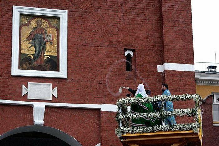 Патриарх Кирилл освящает надвратную икону на Спасской башне Московского Кремля 28 августа 2010 г.