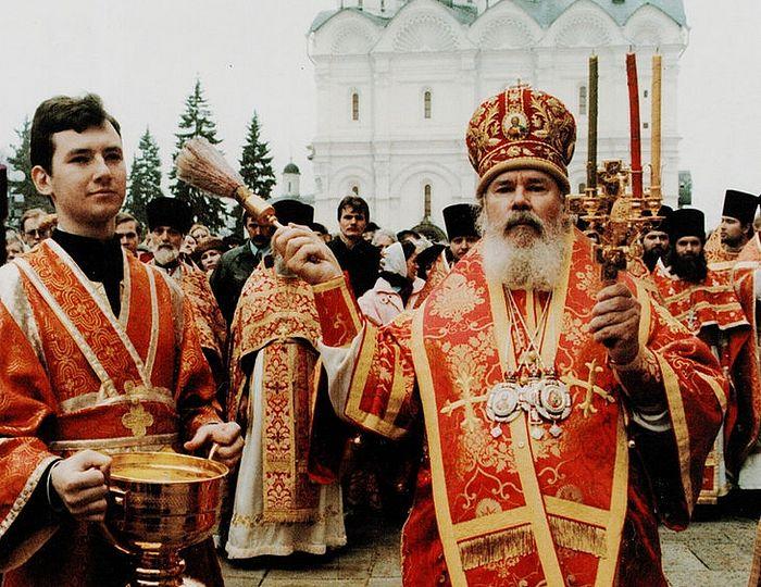 Святейший Патриарх Московский и всея Руси Алексий II. С водосвятной чашей в руках иподиакон Илья Кокин