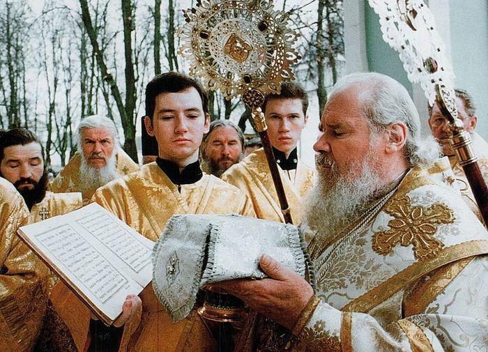 Святейший Патриарх Московский и всея Руси Алексий II. Чиновник держит иподиакон Илья Кокин