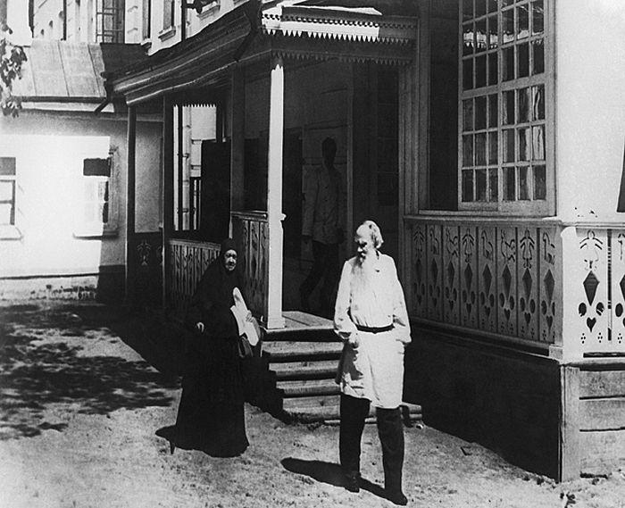 Лев Толстой с сестрой, монахиней Марией. Ясная Поляна. Фото из архива ИТАР-ТАСС