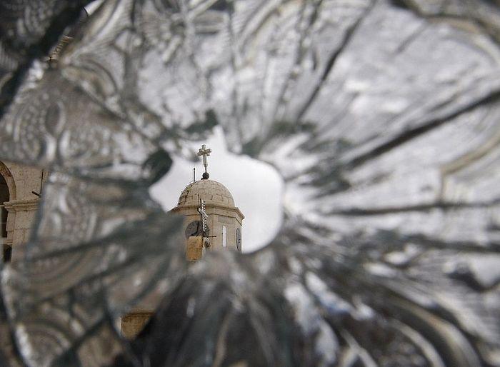 Разбитое окно Седнайского монастыря. 2012 г.