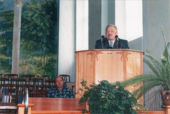 Игорь Почековский, будучи баптистом, читает проповедь в доме молитвы