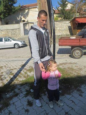 Здравко Симић са ћеркицом Софијом и осталим члановима породице живи у страху, јер су му Албанци насилно запосели стан