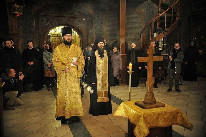 Литию совершает проректор Сретенской семинарии иеромонах Иоанн (Лудищев)