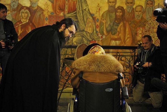 Иеродиакон Андроник показывает ей фреску «Христос и ученики»