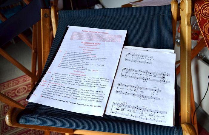 Богослужение идет и на церковнославянском, и на норвежском. Фото Аркадия Рябиченко