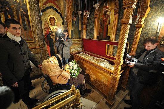 Гошћа Сретењског манастира испред моштију његовог покровитеља