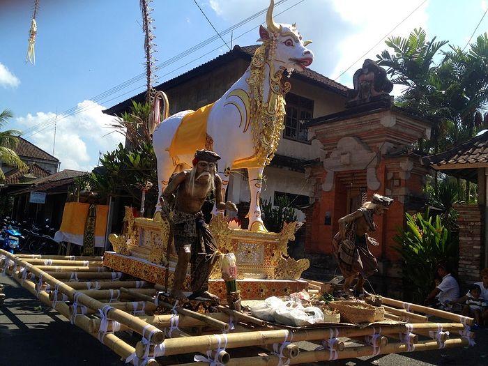 На праздник Ньели балийцы делают фигуры из папье-маше, которые называются ого-ого.