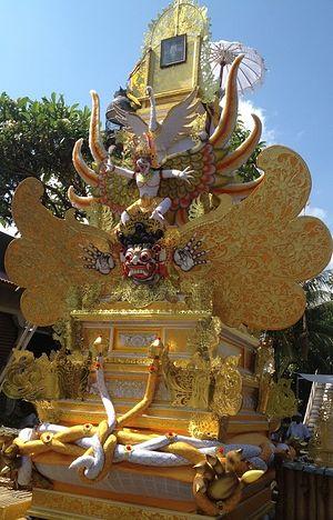 Балийский новый год «Ньепи». В это время делают фигуры из папье-маше под названием «ого ого»