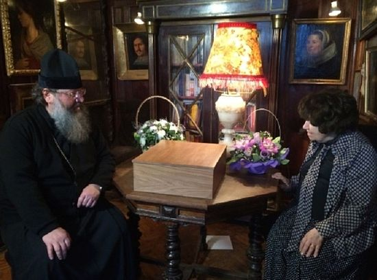 On December 11 2015, Metropolitan Kirill of Ekaterinburg and Verkhoturye met with Nina Mikhailovna Molev at her apartment in Moscow. She presented Metropolitan Kirill with a wooden box containing the personal items belonging to Grand Duchess Elizabeth Feodorovna, to be donated to the Museum of the Holy Royal Martyrs in Ekaterinburg.