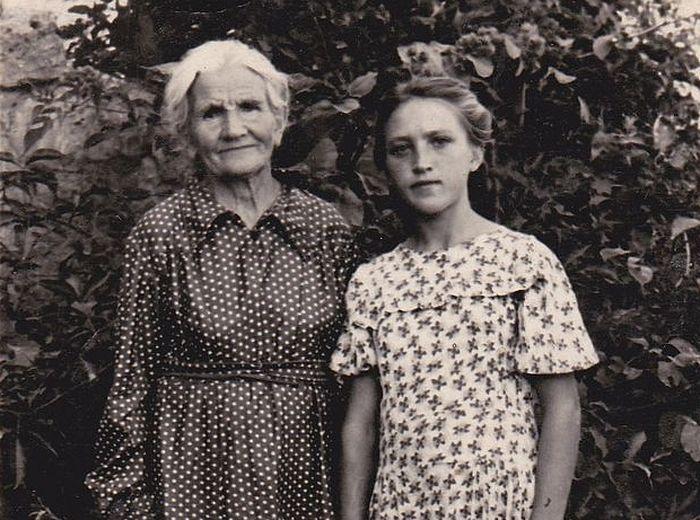 Юная Света с бабушклй