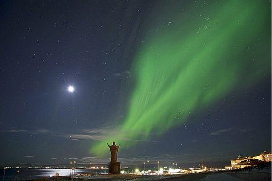 Северное сияние. Памятник Святителю Николаю