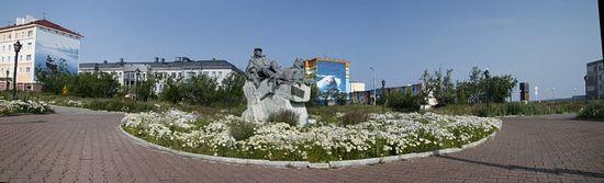 Центр города. Памятник Рытхэу