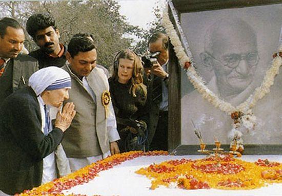Мать Тереза молится индусу Ганди