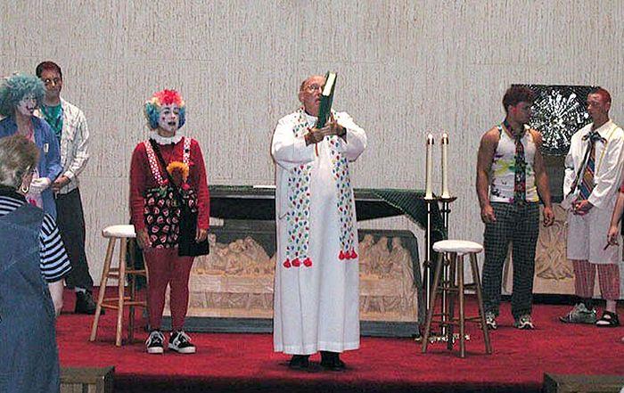 Современная католическая месса с участием клоунов