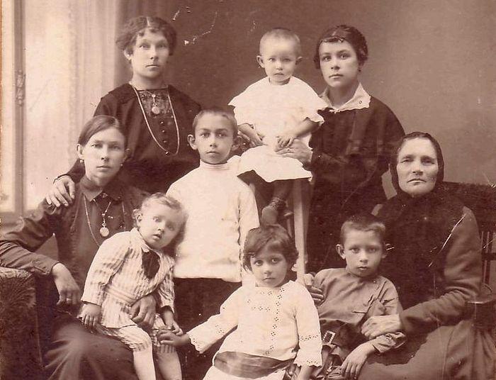 Семья отца Серафима, будущий архимандрит стоит в центре