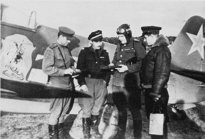 Летчики 303 ИАД возле Як-3, принадлежавшего командиру 303 ИАД Г.Н. Захарову