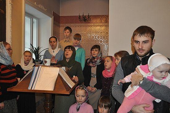 Каждое воскресное утро для воспитанников театра «Лествица» начинается с литургии. Фото: Марина Губина / «Русская планета»