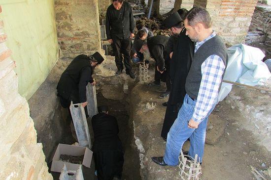 На археологических раскопках в главном храме Протата Афона, во время которых были обнаружены останки афонских монахов, убитых каталонскими пиратами в нач. XIV в., ноябрь 2015