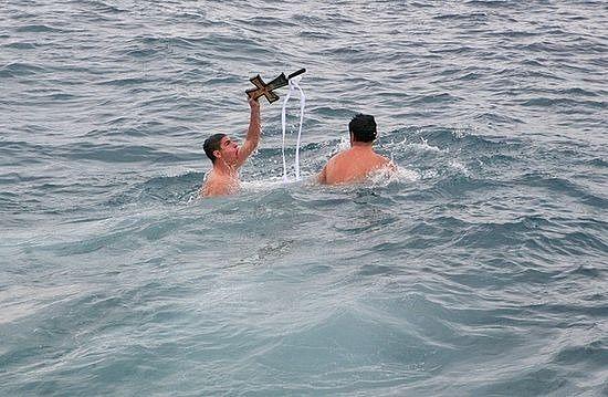 Кто достанет Крест, на праздничной трапезе получает удостоверение победителя.