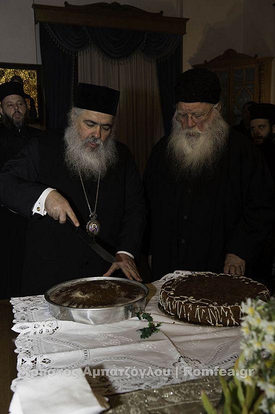 На трапезе был разрезан традиционный греческий новогодний пирог - василопита.