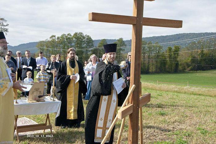 О.Тимоти освящает крест на месте строительства будущего храма