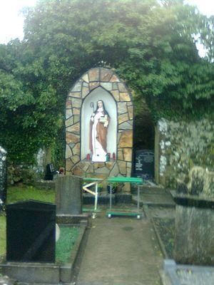 Памятник святой Ите над ее могилой в Киллиди, Лимерик