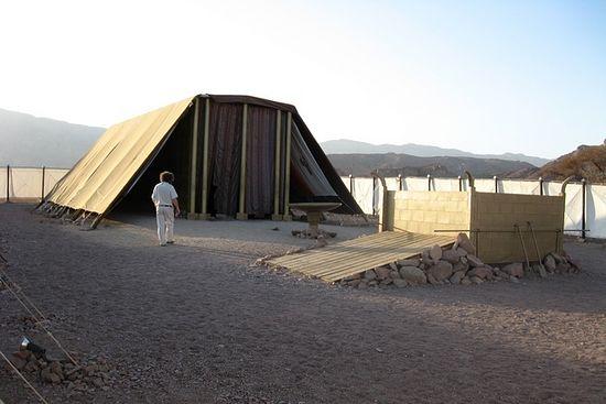 Фото 3. Современная модель скинии в пустыне Негев.