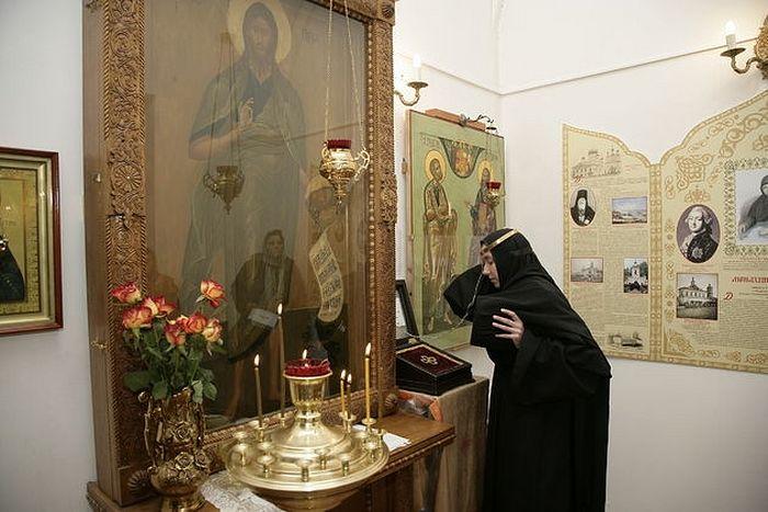По традиции паломники надевают обруч на голову с молитвой ко святому Иоанну Предтече