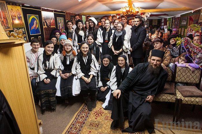 Отец Пантелеимон (Шушня) и молодежь на праздновании Рождества Христова в монастыре Оаша