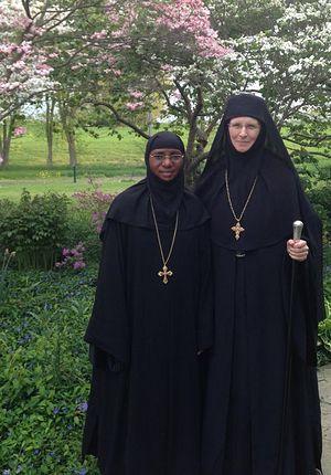 Игумения Емилиана (справа) с гостьей - игуменией Марией, настоятельницей монастыря прп. Марии Египетской в Уганде