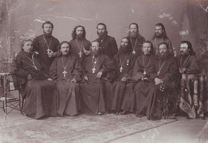 Священномученик Владимир (Богоявленский) в сане иеромонаха (3-й слева, сидит) и неизвестные священнослужители