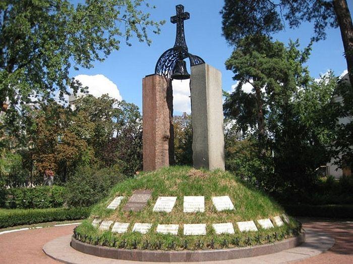 Мемориал памяти жертв Чернобыля, храмовый комплекс Архангела Михаила в Дарнице
