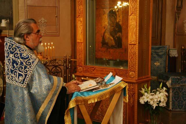 Протоиерей Николай Соколов служит молебен перед чудотворной Владимирской иконой Божией Матери