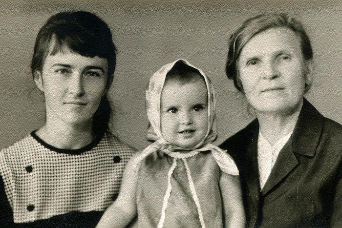 Бабушка Маруся с дочерью и внучкой
