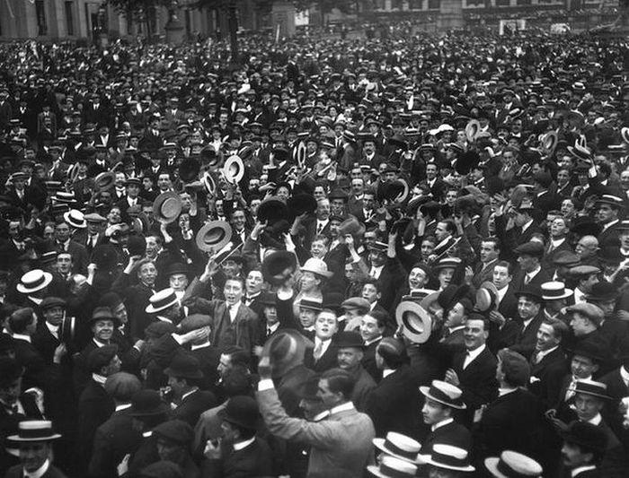 Толпы на Трафальгарской площади приветствуют известие о войне с Германией