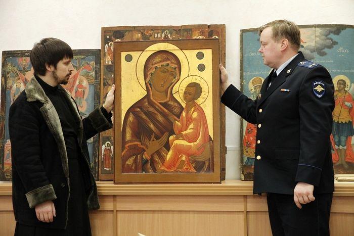 Передача настоятелю Покровского храма в Усть-Печеньге икон, украденных из этой церкви