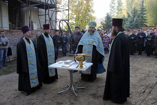 Молебен перед установкой куполов и крестов на Сретенский храм, 2013 г.