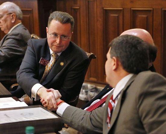 Член Палаты Кевин Таннер, продвигавший закон, принимает поздравления