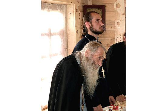 Отец Илий на молитве