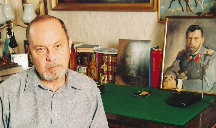 Писатель Алексей Солоницын у себя в кабинете