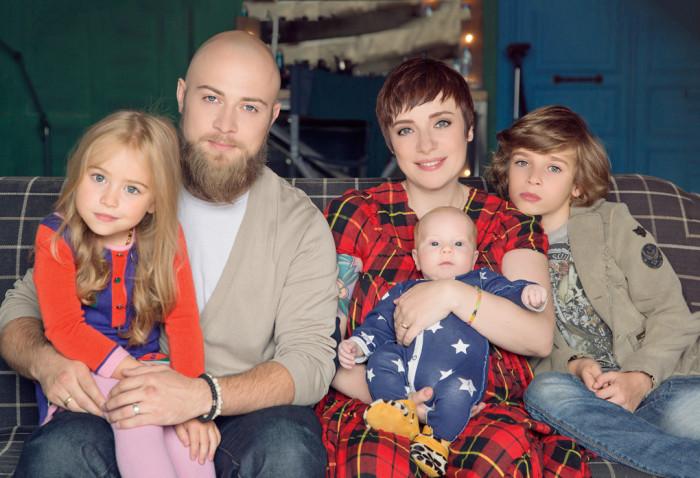 С мужем Валерием и детьми Марфой, Ваней и Лукой. Фото Лары Барлиной