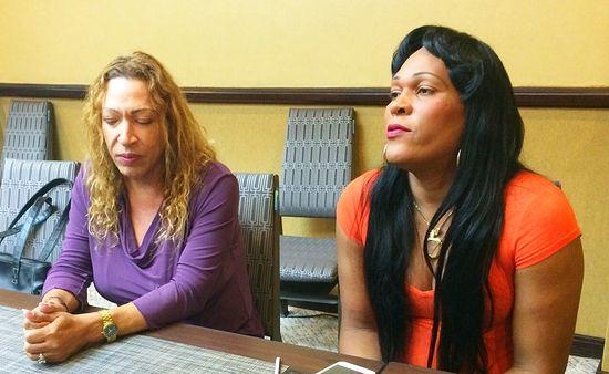 Александрия Панехал, глава миссии USAID в Доминикане, с трансгендером на семинаре в поддержку последних