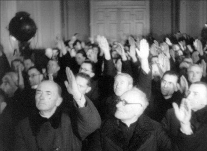 Участники Львовского Собора 1946 г. голосуют за воссоединение западно-украинских униатов с Русской Православной Церковью
