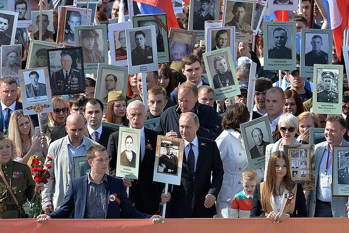 В.Путин во главе «Бессмертного полка» 9 мая 2015 г.