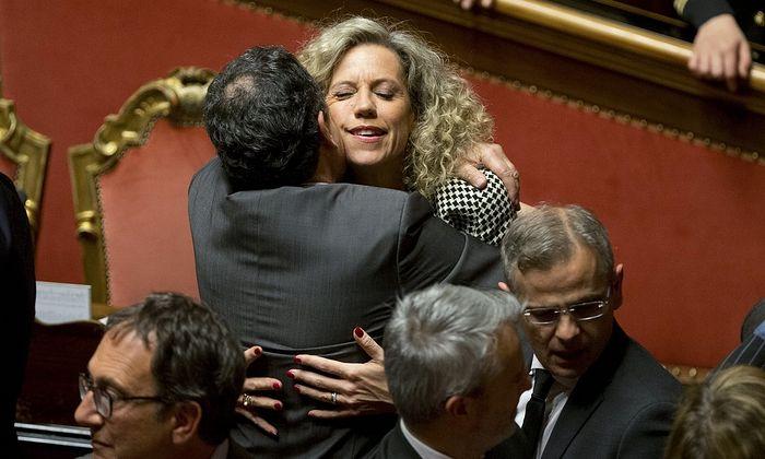 Сенатор Моника Цирина обнимает коллегу после того, как законопроект был принят Сенатом . Фото: Alessandra Tarantino/AP