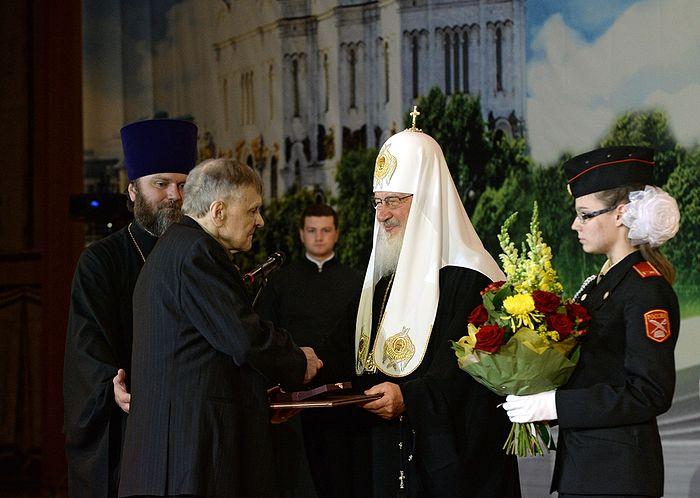 Юрий Васильевич Бондарев получает Патриаршую литературную премию из рук Святейшего Патриарха Кирилла