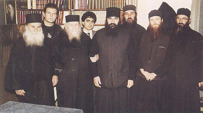 Старец Софроний (Сахаров) (в центре), старец Иосиф Ватопедский (слева), будущий митрополит Афанасий Лимасольский (по правую руку от старца Софрония), отец Захарий (Захару) (справа)